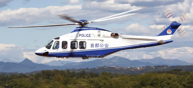 北京警务航空总队新购直升机在昌平警航入列 5月底,在昌平区警航基地,北京市公安局与意大利直升机生产公司阿古斯特维斯特兰的代表共同签署其订购的AW139 直升机交接验收文书,标志着这架中型直升机将与现有的一架中型和三架轻型警用直升机组成空中力量,共同执行首都警方空中安保任务,与地面警力形成立体防控体系,不但可为警务指挥、巡逻防范、侦查办案、反恐防暴、缉私禁毒、治安管理、交通管理、安保警卫等警务活动提供空中支援,更可承担市政府赋予的应急处置、山区救援、医疗救助、环境监测、森林防火等抢险救灾飞行任务以及航拍测绘